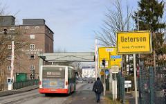 Ortsschild Uetersen, Kreis Pinneberg - Klappbrücke über die Pinnau; Autobus.