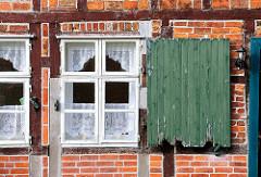 Historisches Fachwerk und Fensterladen eines Fachwerkhaus der mittelalterlichen Wohnanlage vom St. Nikolaihof in Bardowick; ehemaliges Leprosenheim und Altenstift.