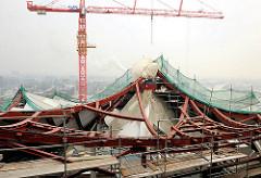 Baustelle Elphilharmonie Hamburger Hafencity - Dachkonstruktion; Baukran und Stahlträger.