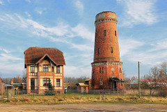 Historischer Wasserturm und Wohngebäude in Ludwigslust.