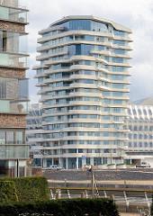 Wohnturm im Hamburger Stadtteil Hafencity - wohnen an der Elbe; Blick über den Grasbrookhafen