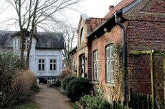 Gebäude Klosterhof Uetersen - denkmalgeschutze Architektur; im Hintergrund das Haus des Klostersyndikus, erbaut 1875 - rechts das Kutscherhaus.