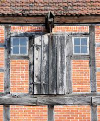 Bodenluke mit Seitenfenstern und Dachwinde - Fachwerkgebäude in Ludwigslust.