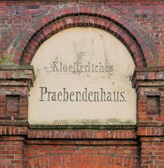 Klösterliches Praebendenhaus - Inschrift; erbaut 1879 - Armenhaus Kloster Uetersen.
