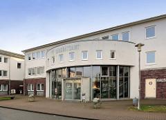Moderne Architektur in Ludwigslust - Eingang vom Landratsamt der Stadt.