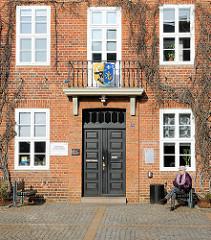 Eingang und Wappen am Rathaus von Ludwigslust - errichtet als Gerichtsgebäude 1780 , Architekt Johann Joachim Busch.