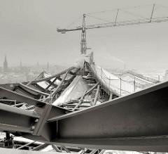 Baustelle Elbhilharmonie Hamburger Hafencity - Dachkonstruktion; Baukran und Stahlträger.