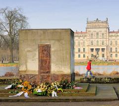 Denkmal / Gedenkstein, Platz vor dem Schloss - Ludwigslust. Erinnerung an die Toten des KZ-Aussenlagers Wöbbelin.