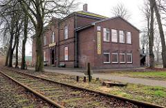 Bahngleise an der Finkenbrook - ehem. Berufsschule; jetzt Gebäude der Uetersener Tafel / Sozialkaufhaus.