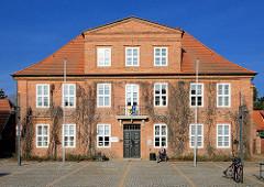 Rathaus von Ludwigslust - errichtet als Gerichtsgebäude 1780, Architekt Johann Joachim Busch.
