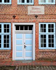 Eingang und Inschrift der ehemaligen Mädchen-Bürgerschule in Uetersen; 1813 errichtet.
