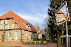 Ehem. Herzogliches Waschhaus, erbaut 1785 - eingeschossiges Fachwerkgebäude mit Krüppelwalmdach.