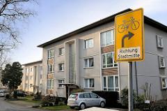Mehrstöckige Wohnblocks - Schild Fahrräder Richtung Stadtmitte - Bilder aus Uetersen, Kreis Pinneberg.