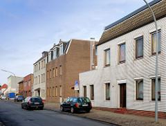 Mehrstöckige Wohnblocks mit Klinkerfassade, einfacher Architekturstil - Wohnhäuser in Uetersen, Kreis Pinneberg.