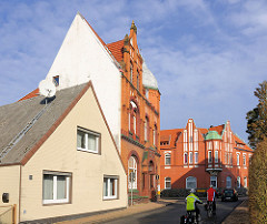 Einzelhaus mit Spitzdach - Klinkerarchitektur des Historismus - ehem. Volksbank + Sparkasse Kreuzung Kuhlenstrasse + Kreuzstrasse; erbaut um die Jahrundertwende 1900.