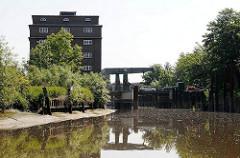 Industriearchitektur an der Pinnau in Uetersen, Kreis Pinneberg - Klappbrücke über den Fluss.