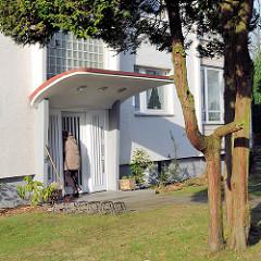 Hauseingang mit abgerundetem Regenschutz - Architektur der 1960er Jahre in Uetersen -  Kreis Pinneberg.