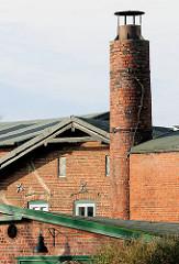 Historische Industriearchitektur - Ziegelgebäude, alter Fabrikschornstein in Uetersen, Kreis Pinneberg.