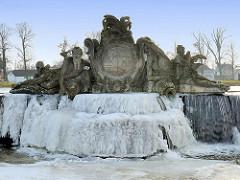 Skulpturenschmuck der Grossen Kaskade am Schlossplatz von Ludwigslust - Allegorien auf die Flüsse Stör und Rögnitz. Winterbilder - gefrorenes fliessendes Wasser.