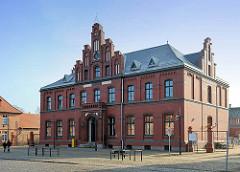 Historisches Postgebäude in Ludwigslust - Backsteinarchitektur, Inschrift Postamt.