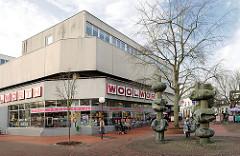 Architektur der 1970er Jahre - Betonblock, Kaufhaus Woolworth in Uetersen - Kunst im öffentlichen Raum, Bronzeskulpturen in der Fussgängerzone - Grosser Wulfhagen.