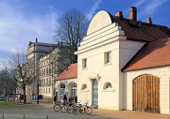 Alte Feuerwache / Spritzenhaus, erbaut 1814  - Schloss Ludwigslust im Hintergrund.