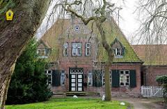"""Gebäude Klosterhof Uetersen - denkmalgeschützte Architektur;  Konventualinnenhaus """"von Rantzau"""" aus dem Jahr 1768."""
