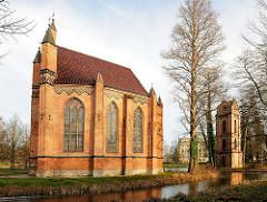 Katholische Kirche St. Helena und Andreas - Neogotischer Architekturstil;  getrennt stehender Glockenturm beim Schlossteich von Ludwigslust - Mecklenburg Vorpommern.