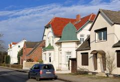 Häuserzeile unterschiedliche Architekturstile, Einzelhäuser in der Stadt Uetersen, Kreis Pinneberg / Schleswig-Holstein.