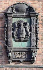 Terrakotta-Dekor an der Fassade der Hamburger Davidwache in Hamburg St. Pauli - erbaut 1914, Architekt Fritz Schumacher.