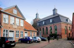Blick auf die ehem. Mädchen-Bürgerschule in Uetersen; 1813 errichtet. Rechts die Klosterkirche - erbaut 1749.