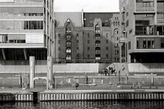 Moderne und historische Architektur in der Hamburger Hafencity am Traditionsschiffhafen - Blick über den Sandtorhafen zum Sandtorkai - Bürogebäude und Lagerhäuser / Speicher.