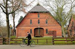 Scheune in Bardowick - landwirtschaftliches Gebäude, Fahrradfahrer.