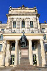 Fassade / Eingang - Barockschloss Ludwigslust -  Hauptresidenz der Herzöge von Mecklenburg - Vorpommern; fertiggestellt 1777. Skulptur Friedrich Franz I.
