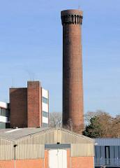Lagerhallen, Gewerbegebäude - historischer Wasserturm, Wasserspiel der Wasserwerke in Hamburg Rothenburgsort.