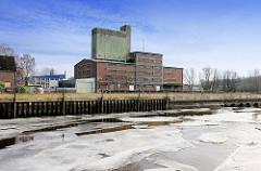 Blick über den Stichhafen von Uetersen - im Hintergrund Industriearchitektur an der Pinnau.