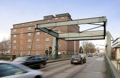 Klappbrücke der Pinnauallee über die Pinnau in Uetersen - fahrende Autos, KFZ.