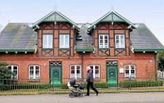 Historisches Wohnhaus, Doppelhaus mit Fachwerkgiebeln in Ziegelbauweise - geschnitzte Giebel.