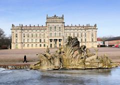 Barockschloss Ludwigslust -  Hauptresidenz der Herzöge von Mecklenburg - Vorpommern; fertiggestellt 1777. Im Vordergrund die Rückseite der Grossen Kaskade.