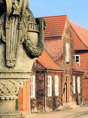 Sandsteinvase auf der Schlossbrücke - Wohnhäuser in der Schloßstrasse von Ludwigslust.