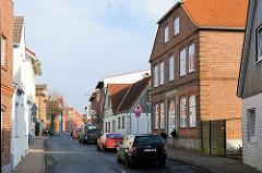 Strassenzug Kuhlenstrasse in Uetersen - schmale Strasse mit Einzelhäusern unterschiedlichem Architekturstil.