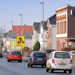 Strassenverkehr - Wohnhäuser im Tornescher Weg, Uetersen - Kreis Pinneberg.