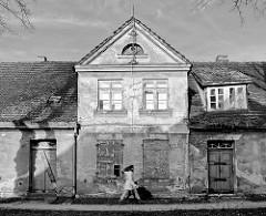 Fassade eines renovierungsbedürftigen, leerstehenden Wohnhauses in Ludwigslust - Schwarz Weiss Aufnahme.
