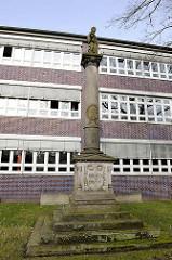 Sogen. Blaue Schule, ehem. Realschule am Propstenfeld - errichtet 1931 - Bauhausarchitektur. Gedenksäule an den ersten Befreiungskrieg 1848 / 51 gegen Dänemark
