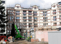 Denkmalgeschützte Fassade, entkerntes Gebäude mit Stahlträgern gestützt - Baustelle am Mittelweg in Hamburg Harvestehude, Bezirk Eimsbüttel.
