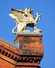 Gebäude-Dekor / Bauschmuck; Greif  - Backsteinsockel, Kaiser Karl Schule Itzehoe.