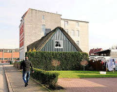 Reetgedecktes Wohnhaus - mehrstöckiges Gründerzeitgebäude, Wohnblock - Bilder aus Itzehoe in Schleswig-Holstein.