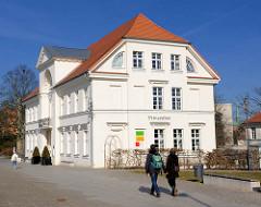 Seitenansicht Prinzenpalais - Bad Doberan, erbaut 1821 - Architekt C. Th. Serverin. Architektur des Klassizismus in Mecklenburg-Vorpommern.