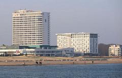 Hotelbauten am Ostseestrand von Warnemünde - Hotel Neptun, erbaut 1971 - Betonklotz mit 18 Etagen.