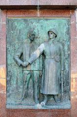 Bronzerelief Ehrenmal für sowjetische Soldaten / Neuer Markt, Hansestadt Stralsund - Händedruck eines Rotarmisten mit einem Zivilisten, errichtet 1967.